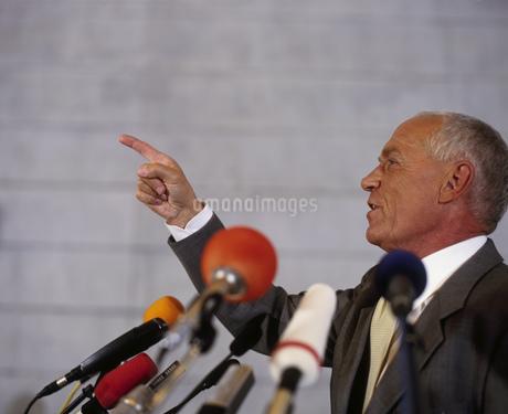 Businessman speaking with microphonesの写真素材 [FYI02127993]