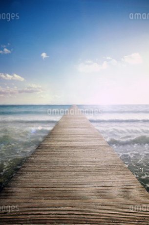 Footbridge to the horizon, Compositeの写真素材 [FYI02128041]