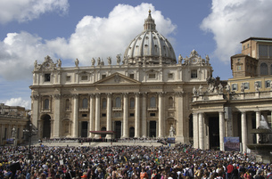 Saint Peters' Square filled with people, Saint Peters' Basilica, Rome, Italyの写真素材 [FYI02128083]
