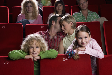 Family sitting in movie theaterの写真素材 [FYI02128133]