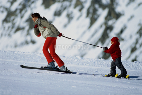 Mother pulling child on skisの写真素材 [FYI02128151]