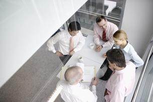 Businesspeople discussing paperworkの写真素材 [FYI02128157]