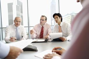 Businessmen having meetingの写真素材 [FYI02128196]
