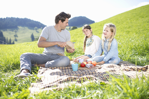 Fathers With Daughters Enjoying Countryside Picnic Togetherの写真素材 [FYI02128203]