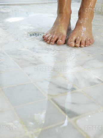 Close up of feet in showerの写真素材 [FYI02128232]