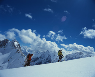Hikers walking in a row on snowy mountainの写真素材 [FYI02128235]