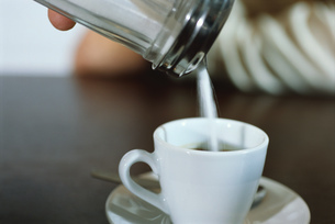View of a person pouring sugar into coffeeの写真素材 [FYI02128281]