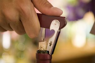 Close up of man opening wine bottle indoorsの写真素材 [FYI02128286]