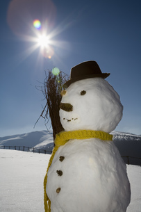 Snowman with scarf and broom, Luesener Alm, Dolomite Alps, South Tyrol, Italyの写真素材 [FYI02128291]