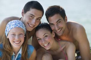 Portrait of teenagers at lakeの写真素材 [FYI02128311]
