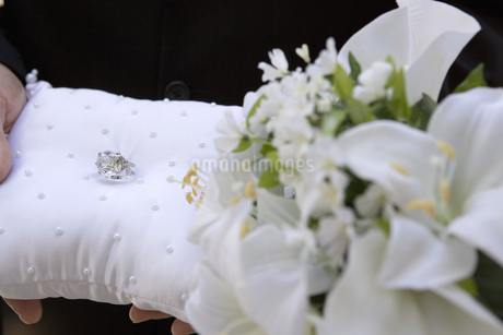 Close up of wedding rings on pillowの写真素材 [FYI02128319]