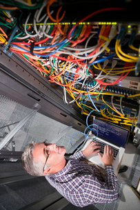 Service Technician With Laptop Working In Secure Data Centreの写真素材 [FYI02128332]