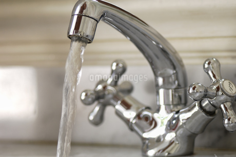 Close up of water faucet runningの写真素材 [FYI02128341]