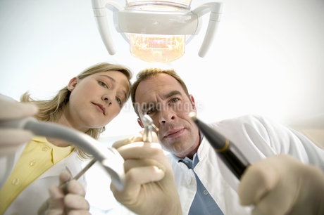 Dentist and dental assistant holding dental toolsの写真素材 [FYI02128431]