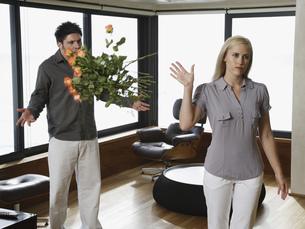 Woman throwing flowers in boyfriend's faceの写真素材 [FYI02128553]