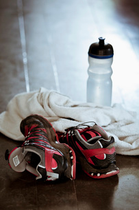 Sports shoes with towel and water bottle on surfaceの写真素材 [FYI02128565]