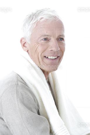 Close up of senior man smiling with towel around neckの写真素材 [FYI02128582]