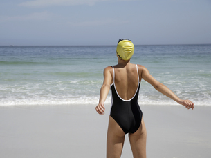 Rear view of woman at beachの写真素材 [FYI02128675]