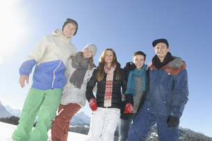 Portrait of young friends in warm clothing at ski resortの写真素材 [FYI02128772]