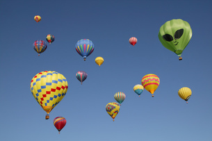 View of hot-air balloons against blue sky, Balloon Festival, Albuquerque, New Mexico, USAの写真素材 [FYI02129074]