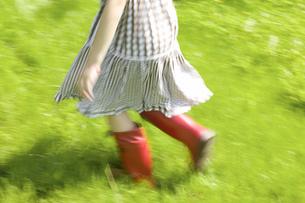 Girl walking in grassの写真素材 [FYI02129090]