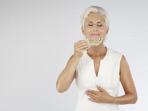 Senior woman with tea, portraitの写真素材 [FYI02129116]