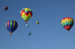 Low angle view of hot air balloons against blue sky, Balloon Festival, Albuquerque, New Mexico, USAの写真素材 [FYI02129131]