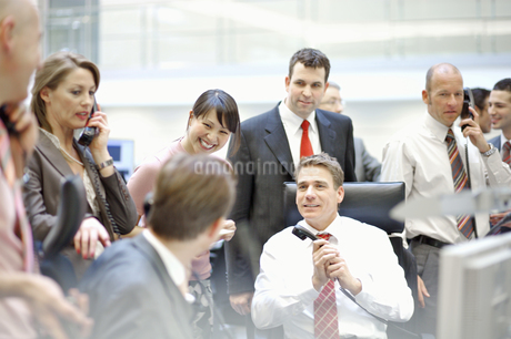 Businesspeople working at stock marketの写真素材 [FYI02129198]