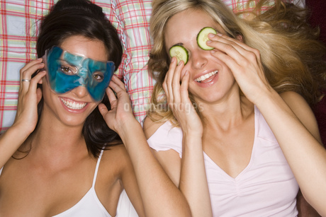 Two women with eye mask and cucumber slicesの写真素材 [FYI02129215]