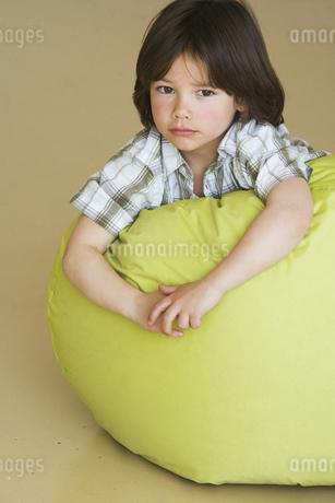 Preschool boy laying on bean bagの写真素材 [FYI02129225]
