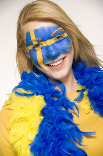 Young woman with Swedish flag painted on faceの写真素材 [FYI02129228]