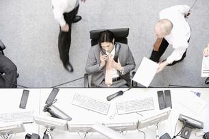 Businessman using multiple telephonesの写真素材 [FYI02129249]