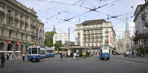 Urban scene with streetcars, Paradeplatz, Zurich, Canton of Zurich, Switzerlandの写真素材 [FYI02129285]