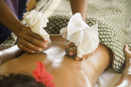Young woman getting hot stone massageの写真素材 [FYI02129377]