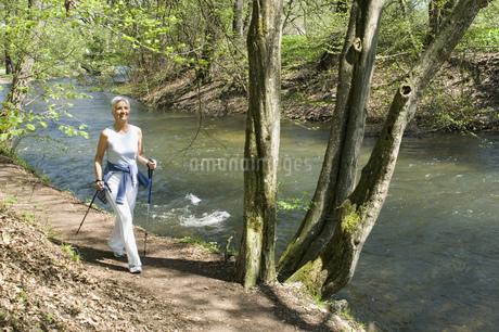 Senior woman walking on nature trailの写真素材 [FYI02129397]
