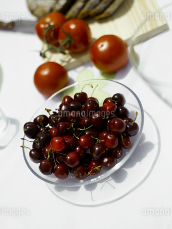 Bowl of cherriesの写真素材 [FYI02129436]