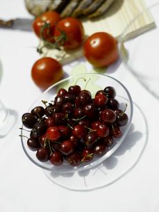 Bowl of cherriesの写真素材 [FYI02129436]