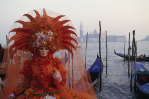 Costumed Carnival participant in Venice, Italyの写真素材 [FYI02129454]
