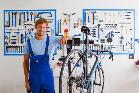 Cycle technician in workshopの写真素材 [FYI02129487]