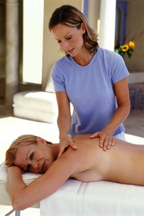 Woman receiving back massage at spaの写真素材 [FYI02129510]