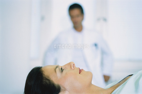 Portrait of a young female patient on a stretcherの写真素材 [FYI02129526]