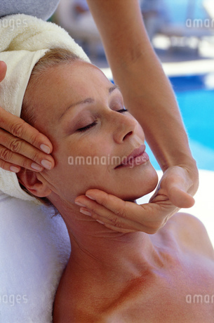 Woman receiving facial massage at spaの写真素材 [FYI02129568]