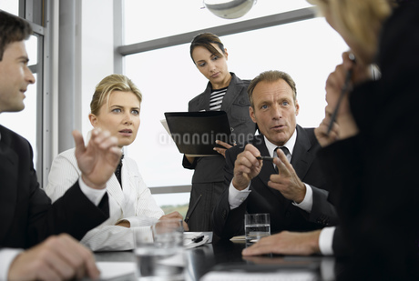 Businesspeople having meeting at conference tableの写真素材 [FYI02129584]