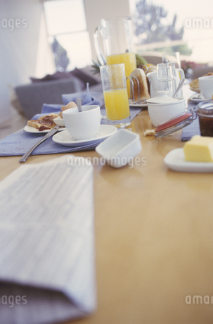 View of a dirty breakfast tableの写真素材 [FYI02129593]