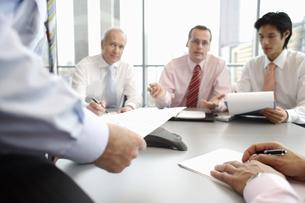 Businessmen having meetingの写真素材 [FYI02129606]