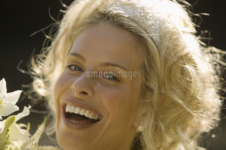 Close up of bride laughingの写真素材 [FYI02129607]