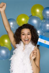 Hispanic woman cheering with Argentine Flagの写真素材 [FYI02129633]