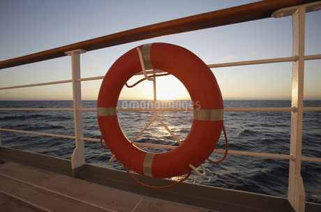 Life preserver on ship railingの写真素材 [FYI02129636]