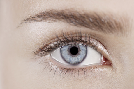 Close-up of young woman's eyeの写真素材 [FYI02129691]