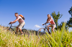Couple mountain biking in countrysideの写真素材 [FYI02129699]